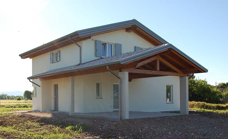 Casa a due piani con porticato abc costruzioni for Piani di casa in stile tradizionale